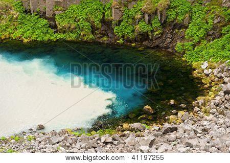 Klares und sauberes Quellwasser aus den Bergen ist mit schmutzigem Wasser aus wilden glazialen ri gemischt wird