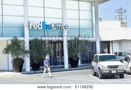 Sacramento, Usa - September 19: Fedex Office On September 19, 2013 In Sacramento, California