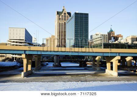 Downtown Milwaukee acima congelado Rio