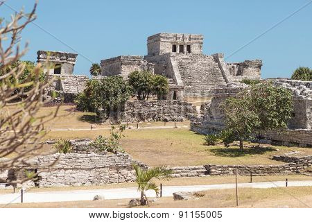 Picture of Tulum ruins on a sunny day.