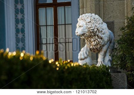 Marble statue of a lion in the Vorontsov Palace park