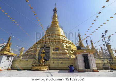 Yangon, Myanmar-december 29 : Unidentified Burmese Women Pray At Botahtaung Pagoda On December, 2015