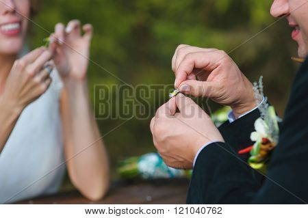 bride and groom guessing on a camomile