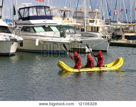 Kaltwasser-Search and Rescue-Boot und Team suchen in Marina am Lake Ontario