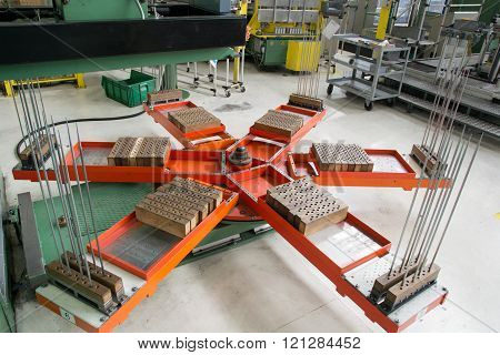 Rotary platform on which the press deposits the aluminum fins.