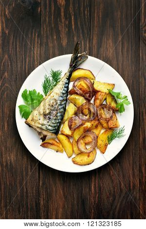 Potato wedges and grilled mackerel fish