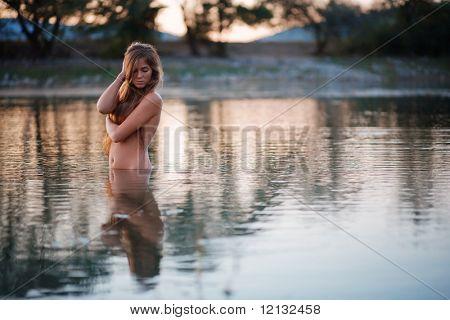 Schöne nackte Frau in Seewasser