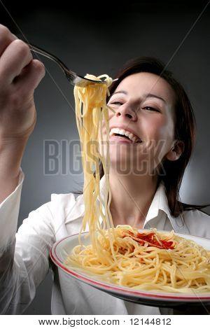 una mujer con un plato de espaguetis