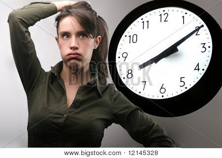una mujer joven y un gran reloj