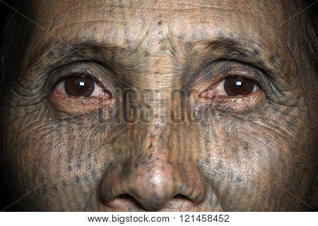 Chin tribe tattooed faced women (Yin Duu)