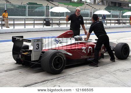 mechanics preparing for race