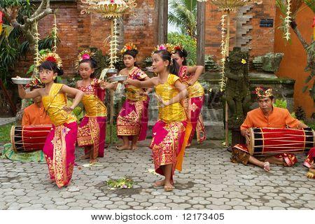BALI - 15 de enero: Jóvenes bailarines bailando una danza de bienvenida en una ceremonia de luna llena en el vil Bedulu