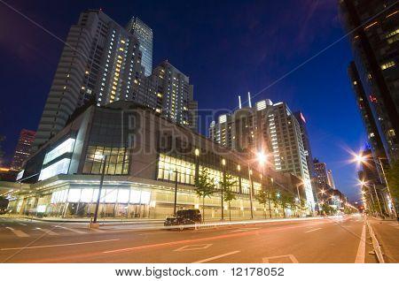 Arranha-céus - edifícios de escritórios no centro de Pequim durante a noite