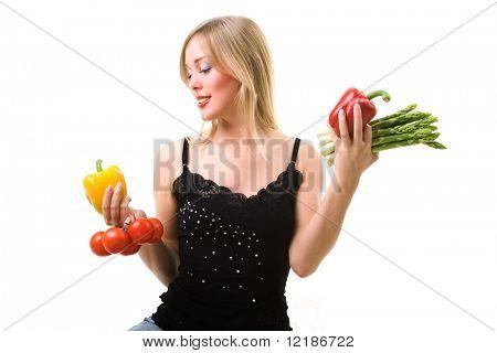 buena chica busca sosteniendo diversas verduras