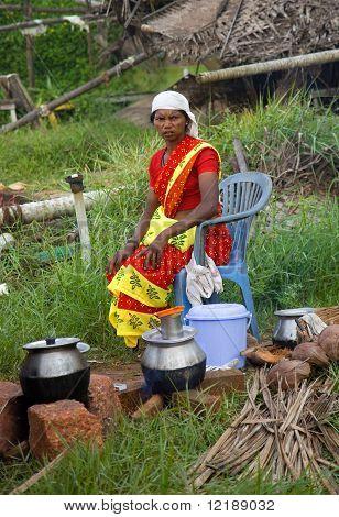 Kerala - 9 de agosto: Uma tradicional Chai vendedor aguarda para negócios em 9 de agosto de 2010, em Kerala, na Índia.