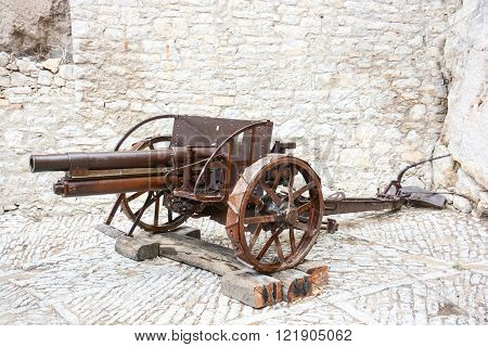 rare view of a field cannon still working