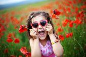 hübsch Kinder Mädchen in Poppy field