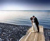 Постер, плакат: жених и невеста целовать на пристани