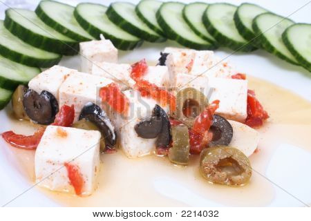 Käse und Gemüse auf der weißen