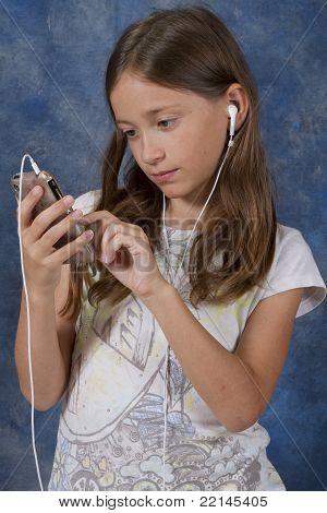 Junges Mädchen konzentriert sich auf Smartphone-Anwendung