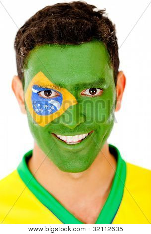 Brasilianischen Mann mit Flagge auf seinem Gesicht - isoliert auf einem weißen Hintergrund gemalt