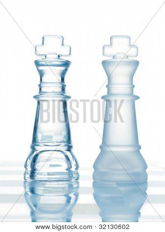 ajedrez de cristal a transparentes Reyes aislados en blanco