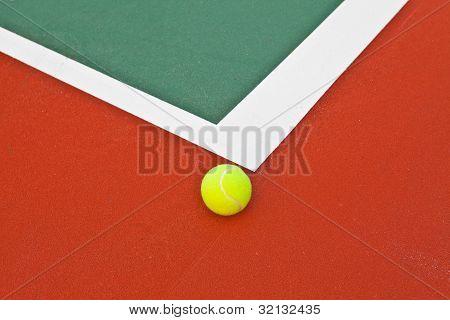 Cancha de tenis con pelota
