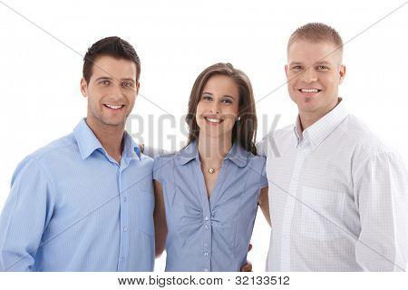 Retrato de equipe de negócios casuais, jovens empresários pé abraçando, sorrindo para a câmera.