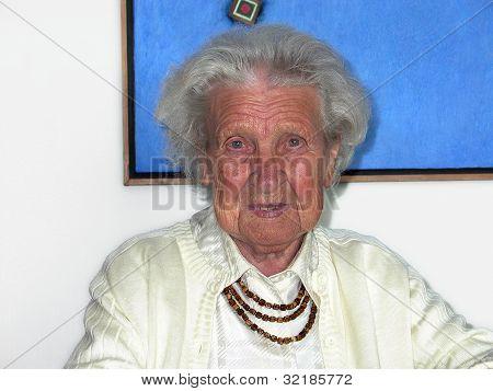 glücklich lächelnd Urgroßmutter