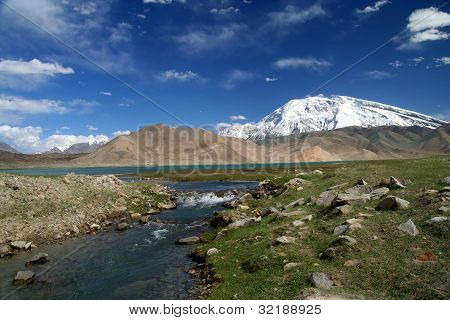 River flowing from Kara Kul lake