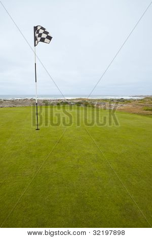 Bandeira e Putting Green no litoral de golfe
