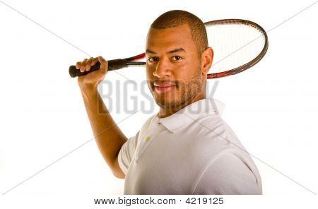 Hombre negro con raqueta de tenis, detrás de la cabeza