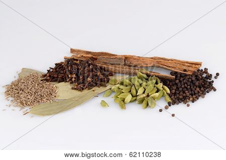 ingredients for garam masala , indian spice mix