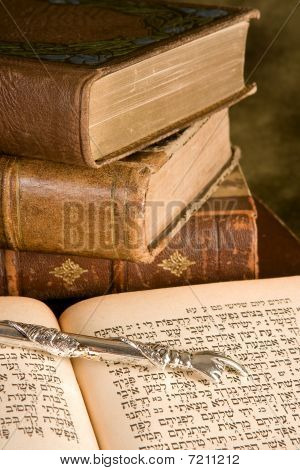 Torah Pointer On Books