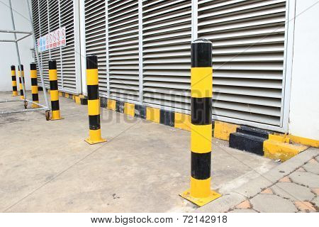 Yellow Stript Black Pillar