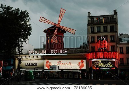 Cabaret Moulin Rouge by night