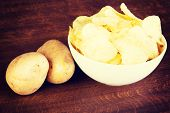 foto of potato chips  - Potatoe chips in a bowl and potatoes - JPG