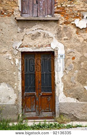 Brown Door  Europe  Italy  Lombardy Grass      In  The Milano Old