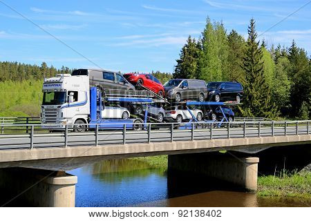 Scania R480 Auto Carrier Hauls New Cars On Bridge