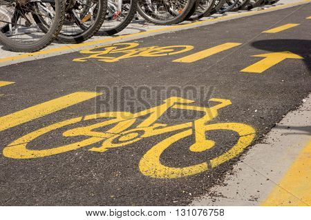 yelow bicycle lane sign on the road