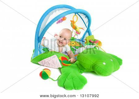 Happy Baby spielen in Baby Gym Spielzeug, isolated on white Background.