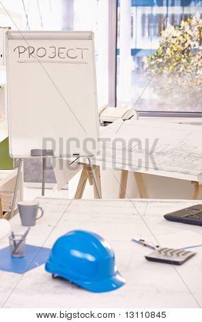 Architekt Büroansicht Projekt Whiteboard, Reißbrett, Bauarbeiterhelm und Ausrüstung auf Schreibtisch.?