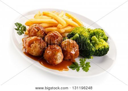 Roasted meatballs, chips and vegetables