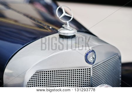 Podol, Ukraine - May 19, 2016: Logo Of German Firm Mercedes-benz At Luxury Retro Classic Car Mercede