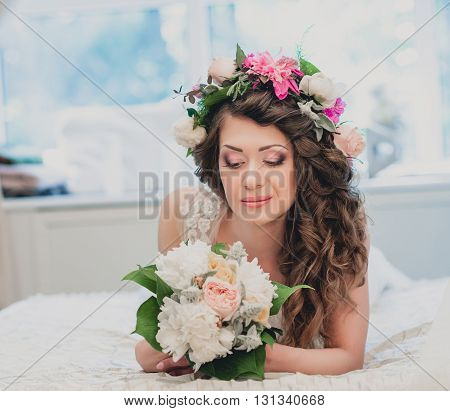 Smilling curly Bride Portrait wedding makeup wedding hairstyle Wedding dress