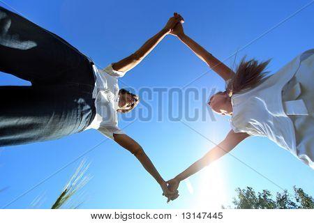 Retrato de una joven pareja de enamorados al aire libre.