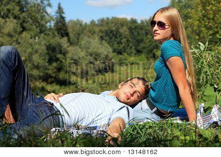 Retrato de una joven pareja de enamorados en un picnic.