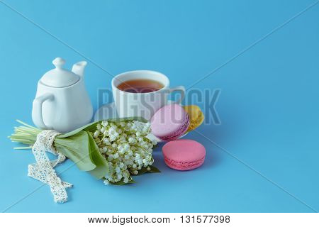 Kettle and cups with spring white flowers