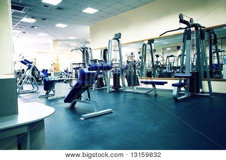 Fitness club. Equipos, aparatos de gimnasio.