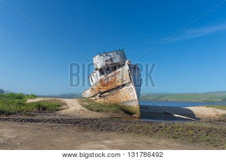 Point Reyes CA EUA - MARCH 25 2016: Abandoned boat in Point Reyes in Tomales Bay North of San Francisco
